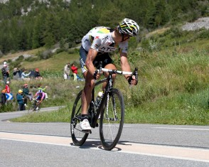 With Injuries From a Crash This HTC-Highroad member Descends the Col D'izoard